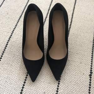 Klassiska svarta klackskor (faux suede) från ASOS. Bara använt en 2 gånger! Passar för petite fötter stl. 35 👠