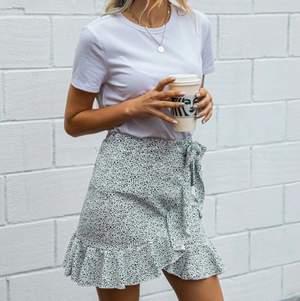 Säljer denna kjol i S, mjukt och skönt material!