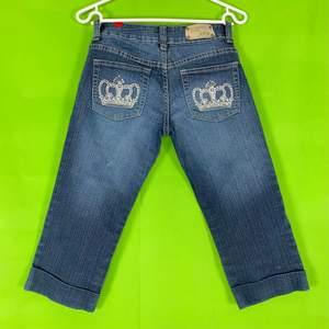 Söta, långa shorts som påminner om Victoria Beckham jeans! Några få kristaller saknas men det är inget man märker av tydligt. Kolla gärna på videon för en genen bedömning av jeansens skick. Dessa shorts har lite stretch i sig. Spårbar frakt på 66kr är inräknad i priset. Från Five5Pm. Storlek S. På tredje bilden syns måtten.  80% cotton, 15% polyester and 5%. Från knappen och ner är dom 61cm.