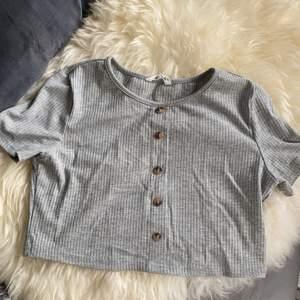 Detta är en tröja från SHEIN som var för liten. Denna tröja kom med ett par mjukisbyxor och använd 1 gång då jag testade den.😬 jag rekommenderar folk som har storlek 146 och är runt 9-11 år. Denna tröja är till 11-12 år och storlek 152 men SHEINS tröjor brukar också vara små. Frakt tillkommer✉️  Kan mötas upp runt Medborgarplatsen i Sthlm