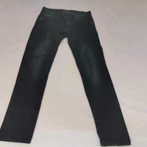 Dessa svarta jeans har en skalle på båda av de främre fickorna och dessa skallar är målade i färgen guld. Jeansen har också en tjockare material precis ovanför knäna som ni kan se på bilden. De köptes för 3 år sedan man har inte används på nästan två år