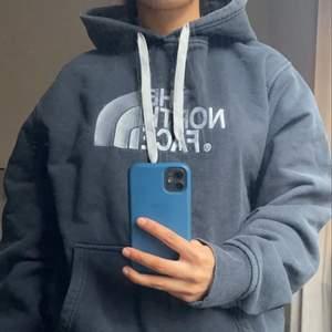 En north face hoodie i blå/grå färg, storlek L men passar S-L beroende på hur man vill den ska sitta!!
