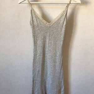 Mjuk, skön och stretchig! Ribbad grå klänning med detaljer i spets och reglerbara band. Bomull och modal. Märkt S men XS funkar också! Kan mötas i Stockholm eller skicka mot fraktkostnad! ✨🌸✨