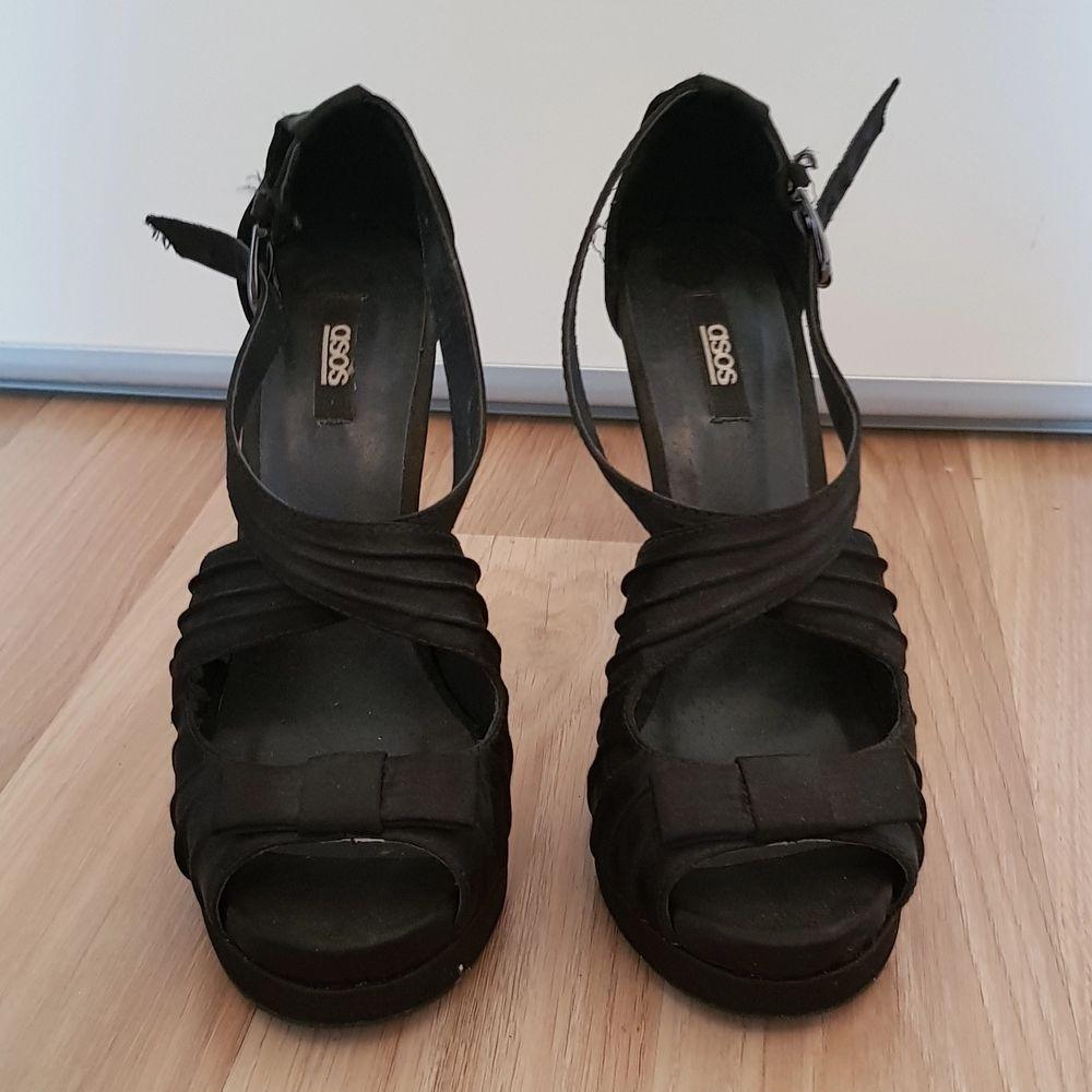 Ett par jätte snygga svarta klackskor!! Knappt använda så dom är i ett fint skick💗 Köparen står för frakt!. Skor.
