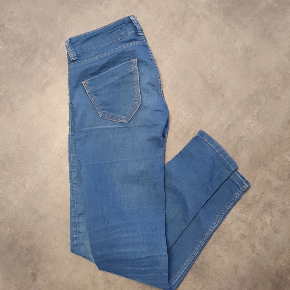 Storlek: 36, zara basic. Tunna jeans. Dragkedja nere vid benen. Sparsamt använda. Bra skick. . Jeans & Byxor.