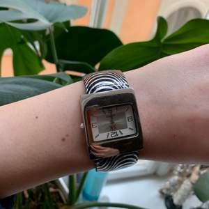 Jättefint klocka som tyvärr inte fungerar, men den är sjukt fin som en accessoar!