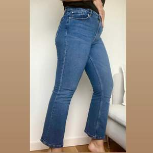 Liv kick flare jeans från Visual clothing project (MQ) 💙 knappt använda, halvhög midja och superfina! Be gärna om fler bilder eller fråga om det skulle vara något du undrar över💙