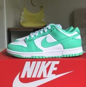 Tja! Säljer ett par helt nya Nike Green glow Dunks i storlek 40. Dem är köpta från JD och kvitto finns självklart med! Du m ni har några frågor lämna en kommentar eller skicka ett meddelande:)