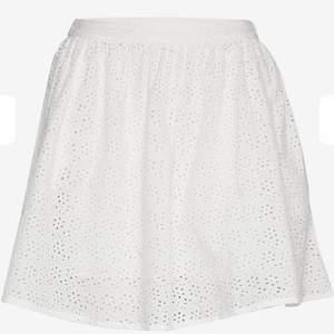 """Supersöt vit sommarkjol med """"blommigt"""" mönster och två fickor 🤩 dragkedja på sidan, köpt för 599 från superdry💕 säljer för att den inte kommer till användning längre"""