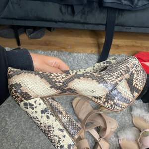 Fina klackar i ormskinn mönster använda väldigt få gånger strl 38. Sköna att gå i då klacken är ganska rejäl men ändå hög!
