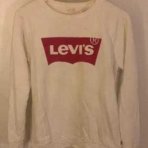 Levis tröja i collegetyg, säljer för att den inte kommer till användning längre💕 använd ett fåtal gånger