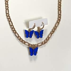Säljer detta mörkblåa smycke sät med guldigt kedja och fjärilar! Helt nytt, alltså inte användt! GRATIS FRAKT❗️