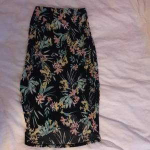 Jättefin kjol från ginatricot som är använd fåtal gånger. Väldigt fin skick (frakt ingår i priset)