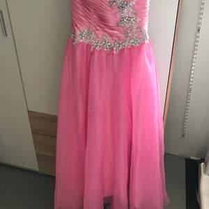 Fin Rosa klänning använd ett tillfälle. Säljes 300kr. Skickas spårbart, frakt kan undersökas mer om det finns intresse. Den kan justeras i ryggen, så den sitter åt eller blir lösare. storlek S (36) (tvätt kan behövas)