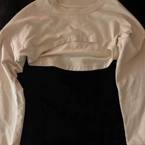 Croppad sweatshirt i stl M. Buda för hur mycket du vill köpa.