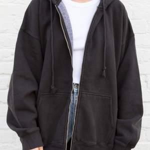 Säljer min Brandy Melville zip hoddie i färgen black. Köpt för 320kr från deras hemsida, är i fint skick. Andvänd cirka 10 gånger. Skulle säga att den är lite större i modellen så typ en L/XL. Köp direkt för 250 annars börjar budet på 150kr😊