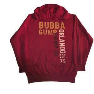 En fin vintage hoodie som är relaterad med Forrest gump filmen. Den har en väldigt fin lite mörkröd färg och ett coolt 00s tryck. Köpt på bubba gump i USA för 499kr