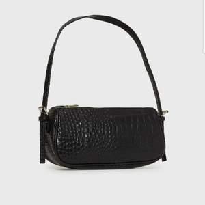 Fin baguette väska från Nelly.com! Använd mycket fåtal gånger därav som ny. Säljes p.g.a. att den ej kommer till användning. Nypris 299 kr