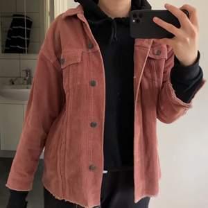 Säljer denna rosa/lila skjortjacka från zara i storlek S! Sitter snyggt oversized. (Bild ett är lånad från en annan säljare då färgen framkommer bäst där) Är i manchester och knappt använd 🌺 slutsåld på Zaras hemsida 💞 skriv vid frågor eller funderingar! Frakt 66kr
