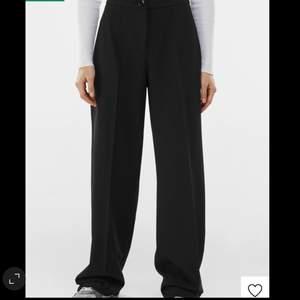 Säljer mina i princip oanvända kostymbyxor från Bershka. Köpte dom på zalando nyligen och endast använda 1 gång. Lite små i storleken där av säljer jag dom. 165 cm är jag och sitter som på bilden. Frakt tillkommer 💓❤️