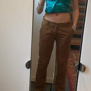 SÅÅÅ FINA bruna chinos. Jag är fortfarande fäst vid dessa, men det är dags att säga hejdå eftersom jag inte har något utrymme i min garderob. I jättebra skick och tillräckligt långa för mig (172). Lite stora där uppe, men inget jag stör mig på. 30/32.