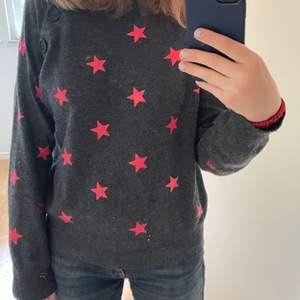 En stickad tröja från zadig med stjärnor på. Det är 14 år men den passar S
