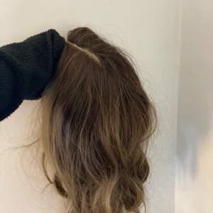 Snyggggg brun peruk i SYNTETISKT hår, ej äkta. Super för dig som är sugen på att färga håret mörkare men vill testa innan? Svårt att få med kvaliten på bild, vill ej röra i det för mycket. Men borstas enkelt ut med en borste