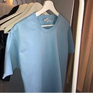 Säkert denna snygga och oanvända t-shirten. Köpte i somras och minns inte vart jag köpte