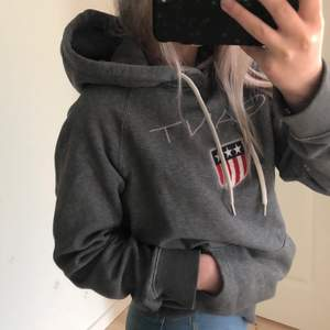 Skitsnygg hoodie från Gant i storlek S, men passar även mig som vanligtvis har xs! Rätt välanvänd. Säljer då den inte kommer till användning💕