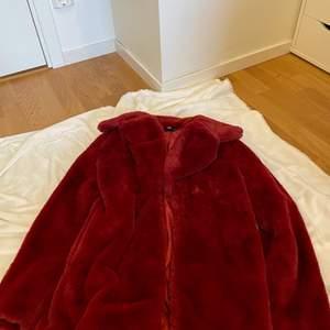 super trendig röd fluffig jacka från missguided. Helt oanvänd. 200kr plus frakt. vet inte exakt hur mycket frakten blir!