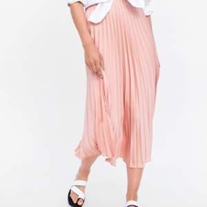Säljer en super fin plisserad kjol från zara