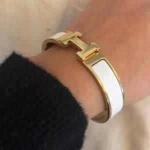 Buda på mitt fina hermers liknande armband! Superfint skick knappt använt i vitt/guld 🥳💞💥