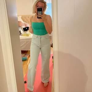 Jätte fina ljusblå jeans, storlek S och nästan aldrig använda, knappen sitter lite löst därav de låga priset