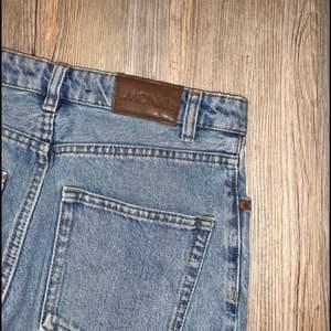 Mom Jeans från Monki. High relaxed. Passar tyvärr inte mig.   Storlek Small / 27