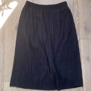 Svart kjol från Lindex, aldrig använd. Perfekt till sommaren🥰 kostar 149+frakt, går att buda. Stl XS