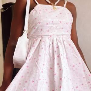 Lilla syrran vill sälja hennes sommar klänning för nu passar den inte längre. Väldigt vintage och stilig. Den är vit klänning med små rosa stjärnor. Klänning passar små barn med storlek 134. Den är cute och perfekt för unga flickor som kommer till tonårings åldern🥰 Klänning kostar 40kr, den kan hämtas I vetlanda eller fraktas fast köparen står för Frakten.