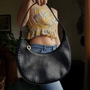 Så härlig retro väska med dekorsömmar. 🔥🔥🔥            I superfint skick, som ny! I äkta läder. Stabil och håller formen. Som en rymlig minibag, med plats för allt man behöver. Först till kvarn! 💫 +frakt 66kr