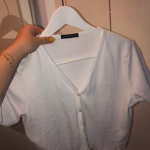 T-shirt kofta från Brandy Melville, knappast använd! Storlek onesize men passar allt från xs-m, köpt för 300kr frakt ingår