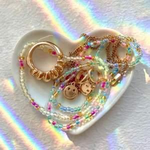 Designa ditt egna exklusiva smycken, går att få med valfria bokstäver☺️