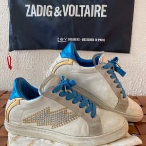 Säljer dessa Zadig & Voltaire sneakers i storlek 38 då jag inte längre använder de. Aningen slitna (se bilderna) och dustbag medföljer! Buda från 400kr!🥰 högsta bud är 2000kr