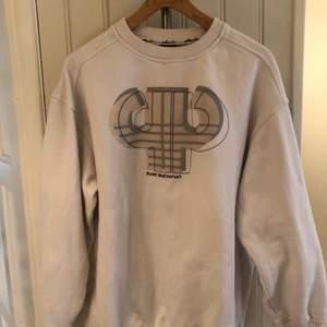 En vit tjock sweatshirt från märket PellePelle. Skriv för fler bilder eller vid frågor!!