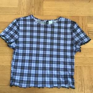 Jag säljer en rutig lila och svart tröja! Den är genomskinlig så man kan ha ett linne eller något under :) Den kommer från H&M, köparen betalar frakten :)