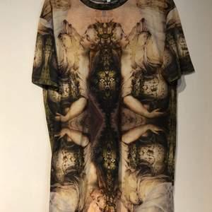 En fin tshirt med änglar på från River Island i storlek 38, för 30kr!!    En fin sommar tshirt från lager 157 (prislapp på) i storlek M, för 25kr!!         En vit adidas tshirt i storlek 32/34, för 20kr!!! KÖP ALLA FÖR 60kr!!