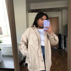 Super fin oversized beige läder jacka från H&M, använd ett par gånger men är i ett bra skick
