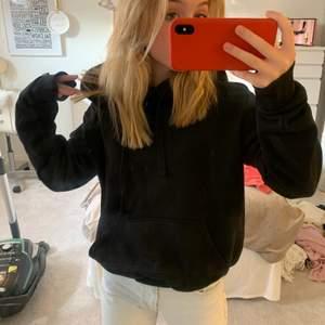 Vanlig svart hoodie, lite tunnare 💞💕💓💗