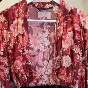 Säljer en croppad blus från Zara i strl S. Med snörning.