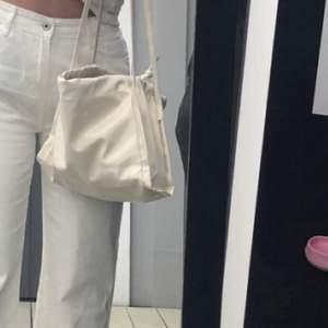 En vit väska i skinn med snörning som man kan dra åt. Köpare står för frakt 🤍🤍🤍