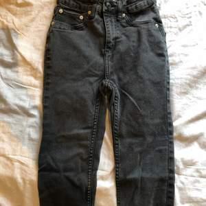 Skinny jeans i svart säljes pågrund av att de inte används. Mjukt material/stretchiga och i bra skick. Den svarta färgen har blivit lite urtvättad så att de ser lite mer mörkgråa ut än svarta!