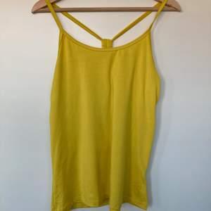 Solgult somrigt linne med fin detalj på ryggen (bild 2)🍋🍋 Står ingen storlek, uppskattas storlek L. Fint skick. 60kr + frakt