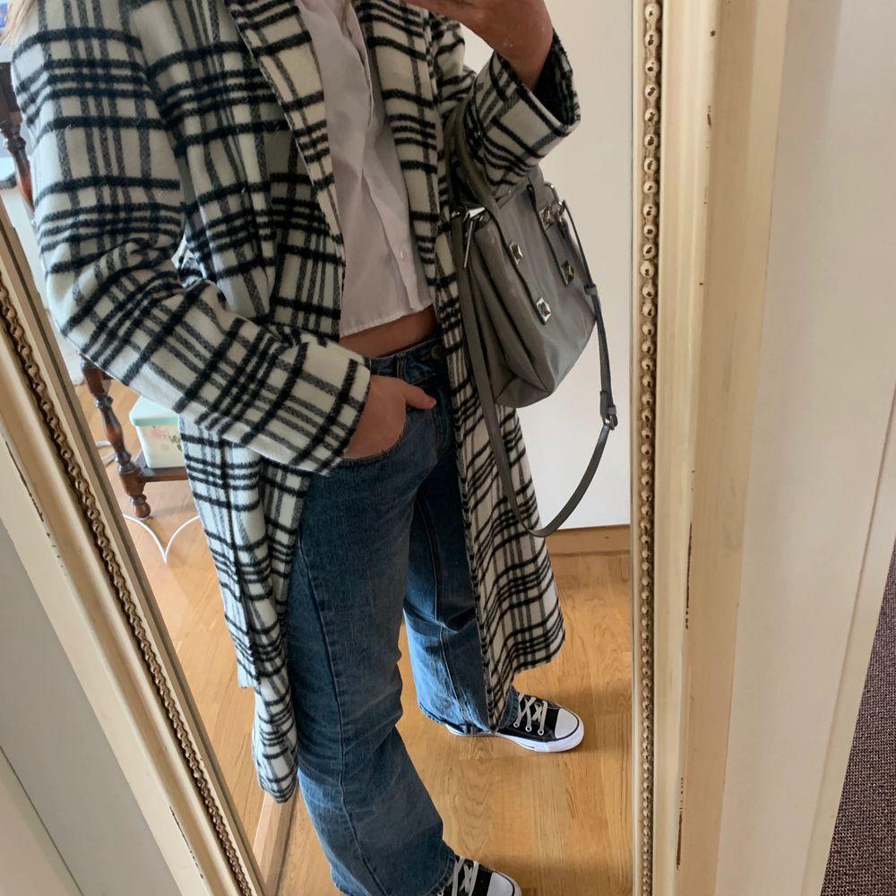 En kappa från H&M med bl.a. ull i ett superfint svart/vitt rutigt mönster! 💕 Den har ett bälte som man kan knyta runt midjan. 🌟 Använd en gång och köpt för cirka 2 år sedan så perfekt skick! ❤️ . Jackor.